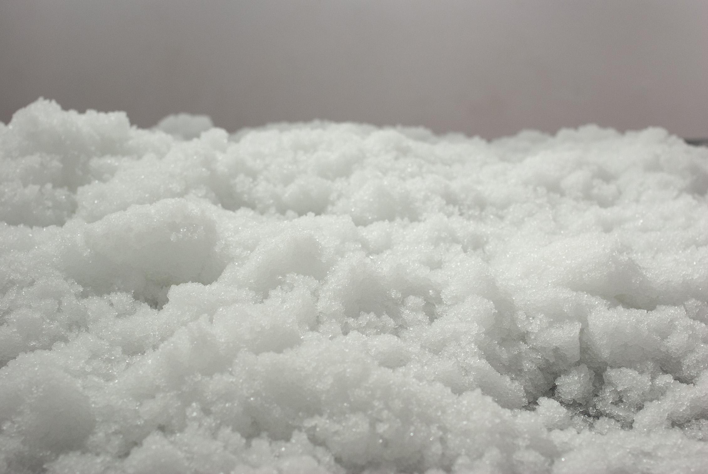 Małgorzata Pawlak,  Sztuczny śnieg, 2020, instalacja na stole 120x166 wys. 73cm, detal