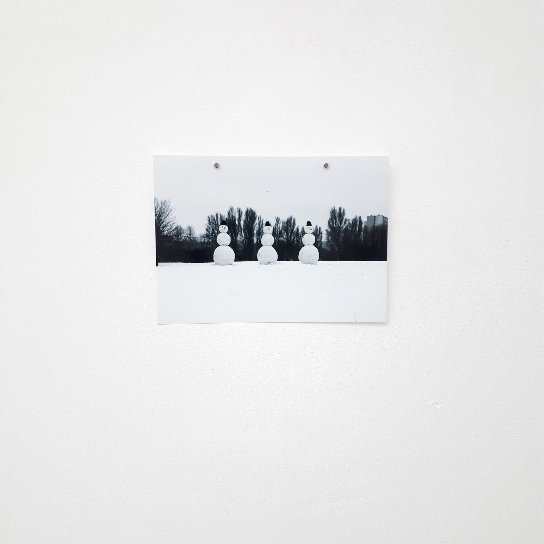 Małgorzata Pawlak, Regular Snowmen, 2019, fotografia dokumentujaca akcje artystyczna