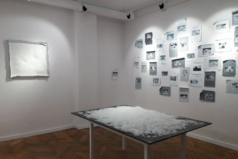 Małgorzata Pawlak, Sztuczny śnieg, 2020, instalacja na stole 120x166 wys. 73cm oraz Google Igloos, 2019 i 20, 300x300cm olej, akryl, widok ekspozycji