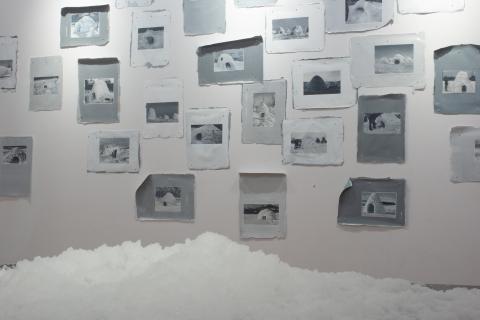 Małgorzata Pawlak, Sztuczny śnieg, 2020, instalacja na stole 120x166 wys. 73cm oraz Google Igloos, 2019 i 20, 300x300cm olej, akryl, fragment